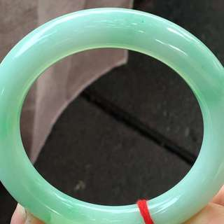 滿色圓條手鐲,超值價¥17500元,尺寸57.1/11.2。顏色豔麗,完美細膩,種水好,只限三天包郵,實惠多多!