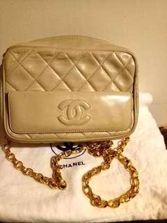 Vintage Chanel米色羊皮菱格通花金鏈camera bag 19x13x7cm