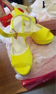 🚚 黃色漆皮高跟鞋
