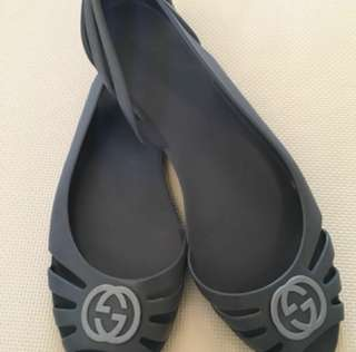 Gucci jelly flats in grey. Shoes itself.