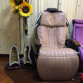 OSIM按摩椅,可揼骨連骨全身按摩,可平坐按摩、可臥著按摩,十分舒服,放工後或放學後可坐著按摩椅鬆弛一下肌肉好享受啊、,原價2XXXX現售$8000🈹️、好新淨,曰本製做,不是中國製做