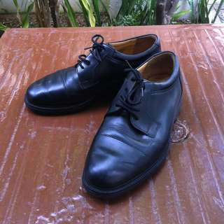 Hush Puppies dress shoes Size 8. Seldom use and in good condition.