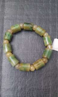 天然翡翠手鏈,帶黃綠翠,翠綠、通透、搶眼、 男女適合佩戴,可作路路通用,$1200。