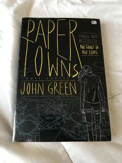 Novel Paper Towns by John Green [segel]