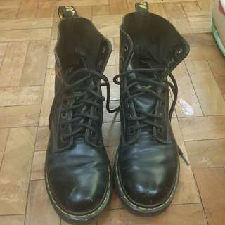 DR. MARTENS 8 HOLE BOOTS UK4