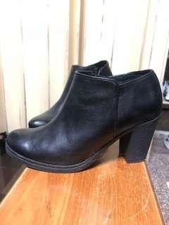 🚚 Diana 黑色短靴