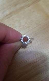 天然翡翠戒指配925銀扣銀,活圈,高貴大方$450。