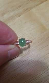 天然翡翠戒指配玫瑰金扣,活圈,優惠價$480。