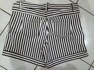 Celana pendek garis cewek M