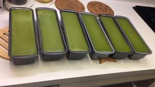 自家製椰汁斑蘭糕、椰汁芝麻糕、紅棗年糕