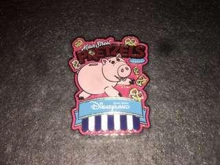 香港迪士尼 徽章 Disney Pin Popcorn & Pretzel Hamm 火腿