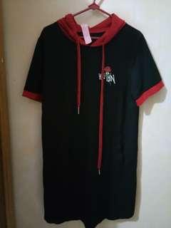 Baju hitam kerudung merah