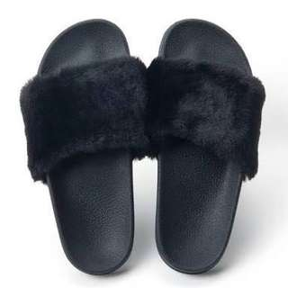 Black fur sandal slip on ( sandal bulu )