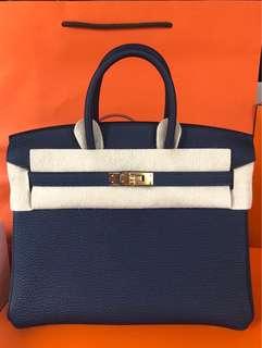 全新Hermes Birkin 25cm Stamp C 2Z Bleu Nuit 午夜藍 Togo Leather with Gold Buckle 覺得黑金成熟的靚靚, 這個深藍色是不錯的選擇👍 它在日、夜光缐下黑色顯現不同😍 Full set with original receipt  $12xxxx Please inbox💌for more details ❤️ Thanks😘