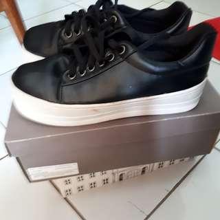 Sepatu kets tapi wedges warna hitam
