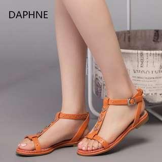 🚚 Daphne/達芙妮專櫃夏新款女涼鞋低跟平底T型鉚釘扣帶女涼鞋全新清倉 挑戰最低價 任選3雙免運費