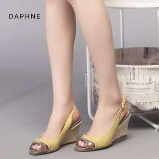 🚚 Daphne/達芙妮專櫃夏款女鞋坡跟拼色後空扣帶魚嘴涼鞋全新清倉 挑戰最低價 任選3雙免運費