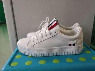 Women white sport shoe.