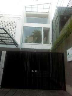 Please come to Rumah Modern Ekletik di Selatan Jakarta