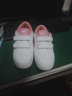 🚚 Nike 粉色魔術貼運動鞋