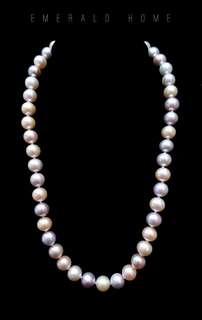 自家緬甸玉石珠寶完美追求者之選 。 價格: $6,800HKD 玉石: 天然淡水微瑕透粉珍珠頸鏈 尺寸: 8.2mm/9.6mm 鑲嵌: 純銀扣