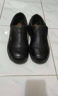 Sepatu Dr.Osha uk.39 warna Hitam, masih bagus, dus tidak ada