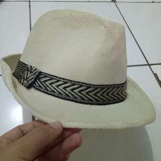 Topi Hats perform pantai