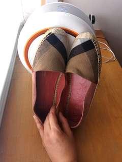 出清!BURBERRY經典格紋暗粉色麂皮草編鞋