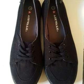 Airwalk model flat shoes