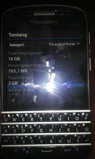 Blackberry Q10 barang mulus masih segel tapi minus casaan dan kardus gk ada..pakaian sehari hari