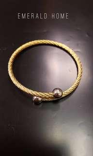 自家緬甸玉石珠寶完美追求者之選 。 價格: $299HKD 玉石: 純剛扭紋回彈手鐲 鑲嵌: 鍍金