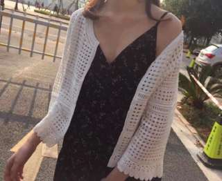 🚚 白色鏤空花瓣邊七分袖針織外套
