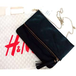 🚚 全新 H&M 黑色簡約時尚流蘇手拿包(附金鍊帶, 可斜揹)