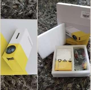🚚 Mini portable projector