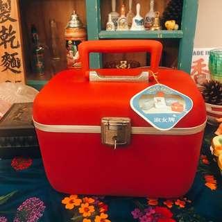 台灣 早期收藏 全新庫存 經典 懷舊 紅色  台式 中古 硬殼 化妝箱 (附吊牌、鏡子、鑰匙、收納盤)