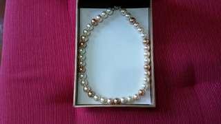 已減價 三色珠練一條,白色,粉紅色,金淺啡色,早年在崇公百貨買 係仿珍珠,連扣15寸半長(當年買好貴 只戴過一次,因肥左吾啱戴