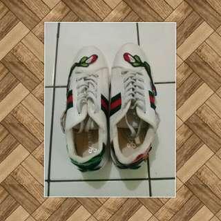 Sepatu sneaker remaja