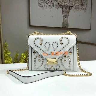 精品代購Michael Kors新款納帕牛皮吉普賽風格方型鎖扣包 包身以鉚釘和刺繡裝飾