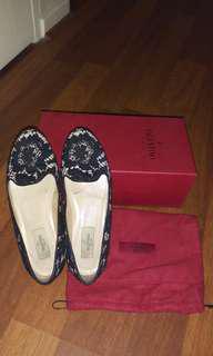 Valentino Garavani size 37.5 in black lace loafers 😍