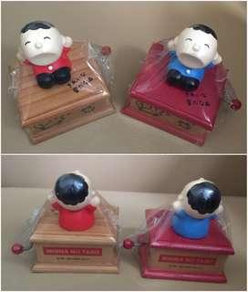 Sanrio Minna No Tabo 大口仔 1989 年 人形 (紅色衫及藍色衫) 手動音樂盒 (** 只限北角地鐵站交收 **)