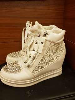 潮流元素白色蕾絲晶鑽內增高鞋