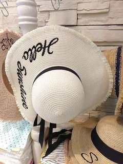 🚚 ✈(現貨實拍)渡假系綁帶___雜誌款大帽簷英字編織草帽