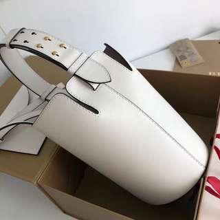 Burberry 9321 B家 立體挺括純色水桶包 里外精選柔韌小牛皮材質 光滑質感 百搭