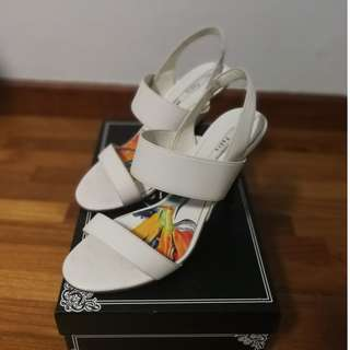 🚚 Pedro Elegant White pair of heels