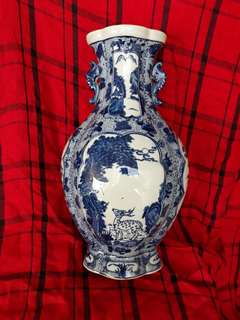 Qing dynasty B n W vase 33cm high decoratedwith birds n flowers. 大清乾隆年制青花瓶。