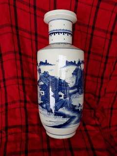 大清康熙年制青花瓶。。33公分。Qing dynasty B n W vase decorated withlandscape.