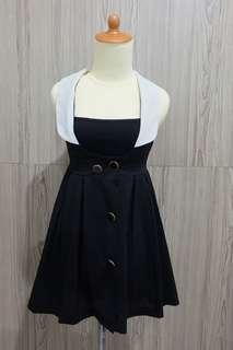 Dress hitam kerah putih