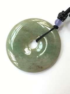 天然翡翠平安扣,綠帶宗色,有色根,表面有礦缺,尺寸(50x5.5-6)mm,附中國證書