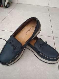 Sepatu hanya sekali pake..msh muluss