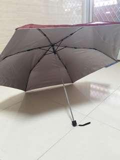 暗紅色折疊傘